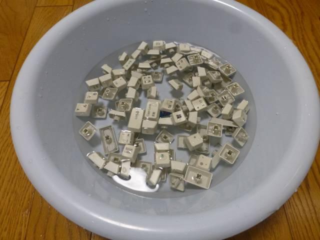 洗面器の中で水洗い